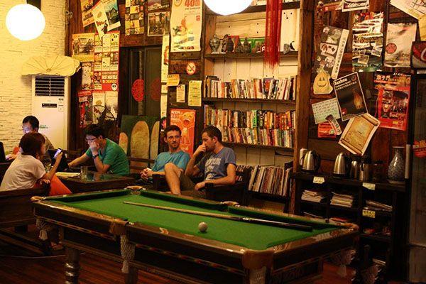如果你想交朋友,找一间看上去气氛活跃(可以参考网页上的评论)和有酒吧的旅社,在那里坐一会儿。如果是傍晚时分,人们刚结束完一天的旅游回到旅社,不久就会有人在你身边坐下。在距离较近和有酒喝的情况下,跟人打招呼就很容易了。