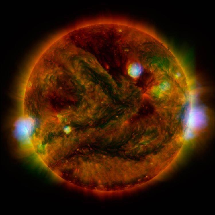 NASA拍摄太阳高能射线释放:火蛇涌动蔚为壮观