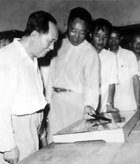 1959年6月毛泽东回故乡韶山,图为他在故居看自己青少年时代读过的书籍。