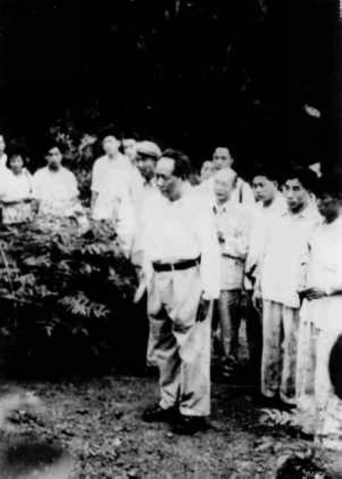 1959年6月26日毛泽东在父母墓前肃立