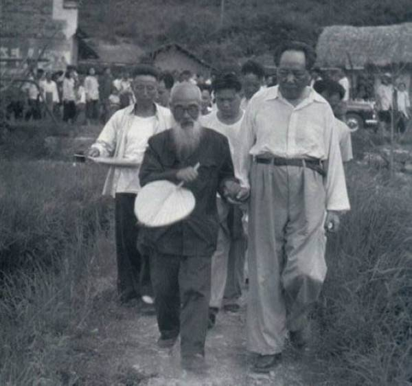 1959年6月毛泽东回韶山,与少年时代的启蒙老师毛宇居携手而行