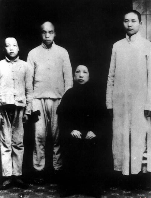 1919年,毛泽东与毛泽民、毛泽覃与母亲合影
