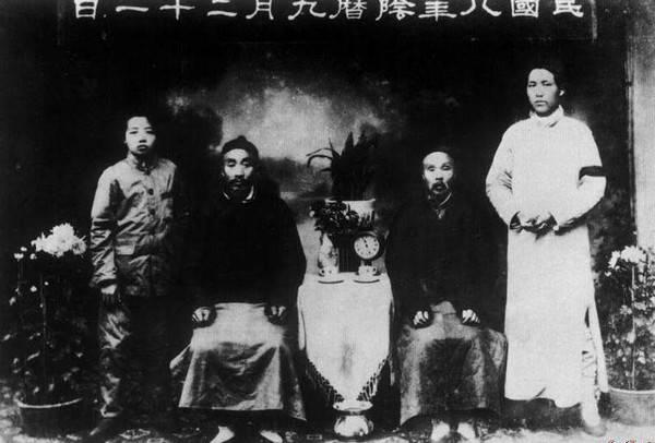 1919年10月,毛泽东与父亲毛贻昌(左二)、伯父(左三)、弟弟毛泽覃在长沙