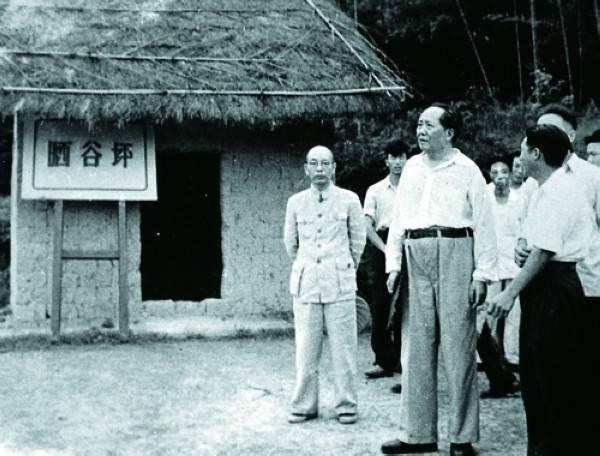 1959年6月毛泽东回韶山在故居旁的晒谷坪留影