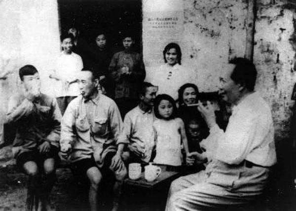 1959年,毛泽东在故乡韶山与乡亲交谈。