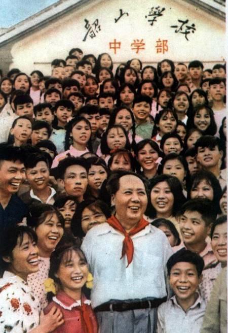 1959年6月毛泽东回故乡韶山,与韶山学校的师生们合影。