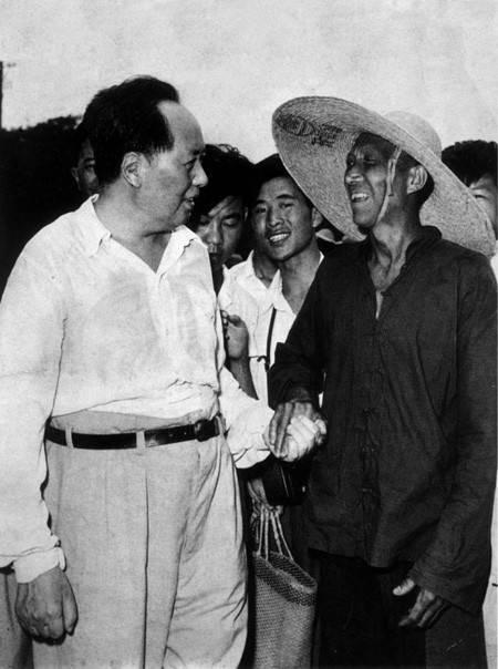 1959年,毛泽东在韶山与他的邻居李春华合影交谈。
