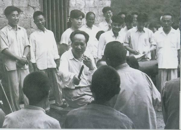 1959年6月26日毛泽东回故乡韶山,与农民交谈。