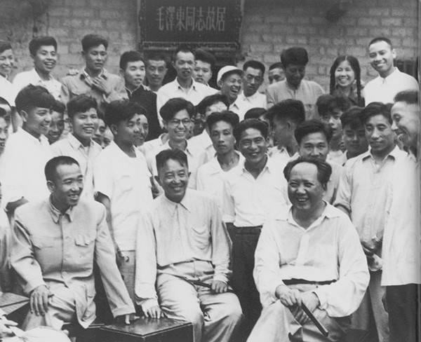 1959年毛泽东回故乡韶山,与当地干部群众在故居合影。