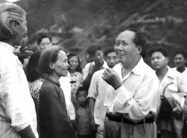 1959年6月毛泽东回故乡韶山,与父老乡亲们亲切交谈。