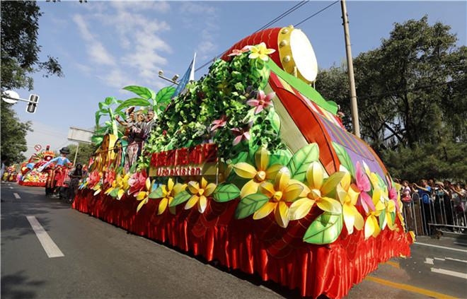 鼓舞相伴 8辆装扮靓丽的花车在黄河之畔巡游展示