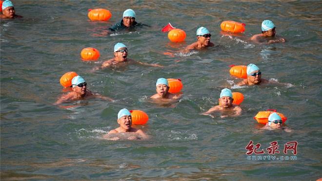 迎新年  兰州冬泳爱好者表演展英姿