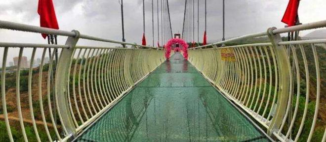 甘肃兰州最长9D玻璃栈道开放试运营