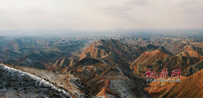 雪后 兰州水墨丹霞呈现别样的美