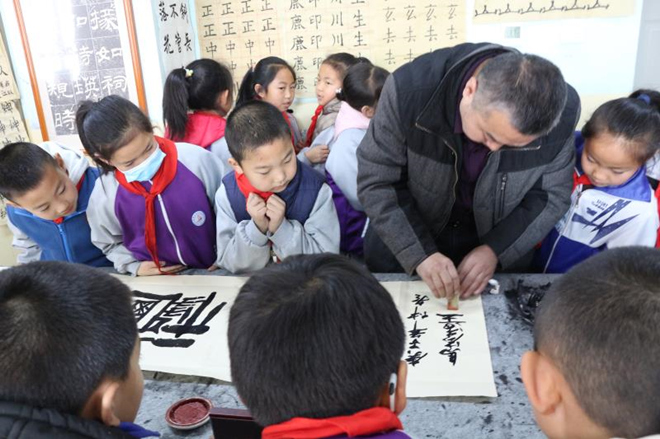 传统文化进校园 师生感受书画艺术