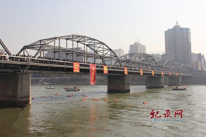 新年伊始 300多名冬泳爱好者横渡母亲河庆元旦