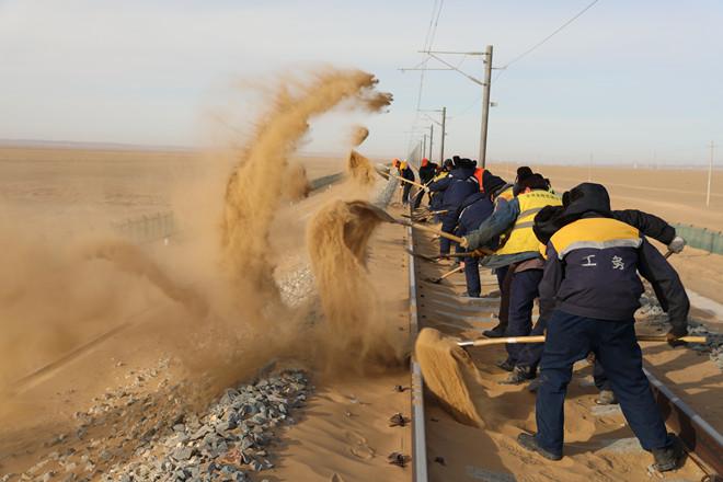 """敦煌铁道线上的""""清沙人"""""""
