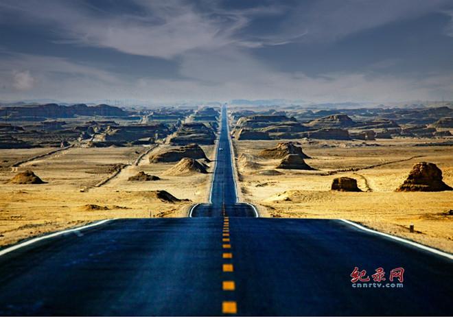 沿着中国最美戈壁公路西行