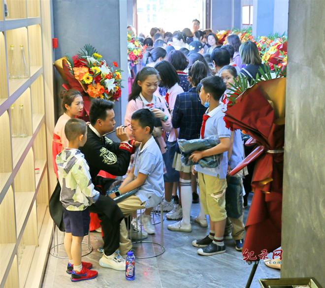 点雄黄穿汉服看茶艺 端午节感知中国传统文化